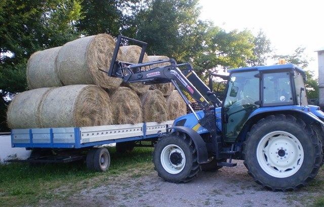 Traktor in seno